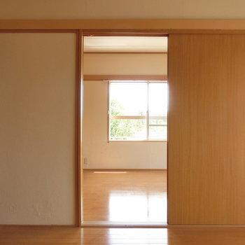洋室をよこから※写真は4階の同間取り別部屋のものです。