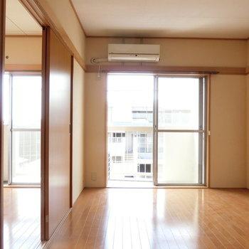 右側の6帖の洋室※写真は4階の同間取り別部屋のものです。
