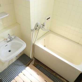 バスルーム。2点ユニット※写真は4階の同間取り別部屋のものです。