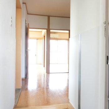 玄関から※写真は4階の同間取り別部屋のものです。