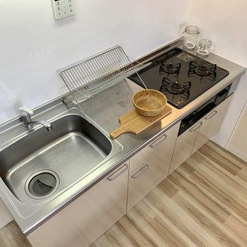 【LDK】3口コンロでグリルつきです。※家具はサンプルになります