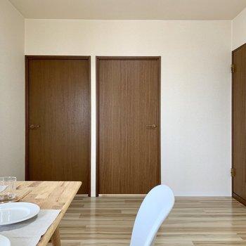【LDK】左の扉から行きましょう。※家具はサンプルになります