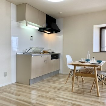 【LDK】キッチンにも窓があるのは嬉しい!※家具はサンプルになります