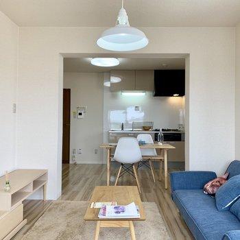 【LDK】たれ壁が上手く空間を分けてくれています。※家具はサンプルになります