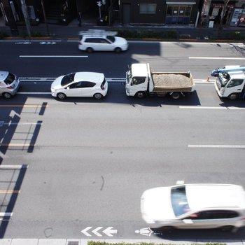 下は車がびゅんびゅん※写真は5階の別部屋からの眺望です。