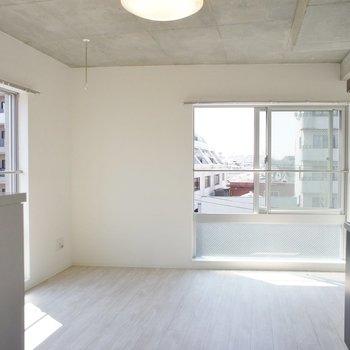玄関から。白を基調※写真は5階の反転似ている間取り別部屋のものです