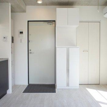 反対側。玄関は狭い※写真は5階の反転似ている間取り別部屋のものです