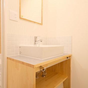 洗面台もお手製のナチュラルなデザイン◎※写真は同間取り2階、別部屋のものです。