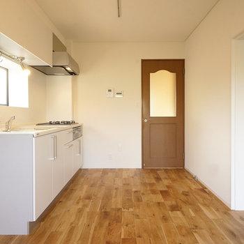 キッチン前にも窓が◎※写真は同間取り2階、別部屋のものです。床材は別のものになります。