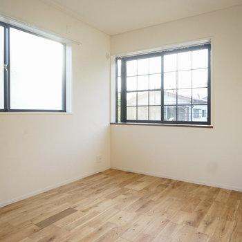 寝室も2面採光!そして出窓です!※写真は同間取り2階、別部屋のものです。床材は別のものになります。