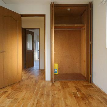 こちらにも収納!※写真は同間取り2階、別部屋のものです。床材は別のものになります。