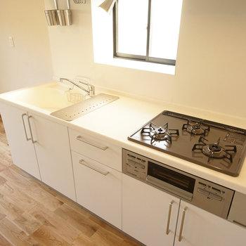 キッチンは大きくて使いやすい3口ガス!※写真は同間取り2階、別部屋のものです。床材は別のものになります。