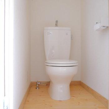 トイレは個室タイプ。※写真は2階の同間取り別部屋のものです