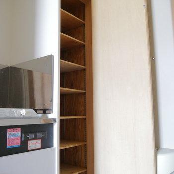 靴箱は天井まで。※写真は2階の同間取り別部屋のものです