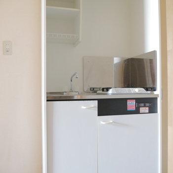 キッチンは玄関すぐ。お隣に冷蔵庫置けます。※写真は2階の同間取り別部屋のものです