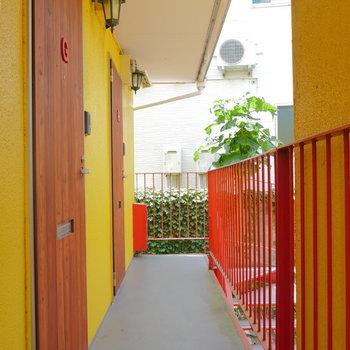 扉は木で、黄と赤のコントラスト。