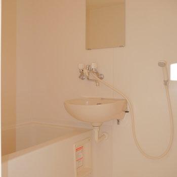 お風呂と洗面台のユニットタイプ。※写真は2階の同間取り別部屋のものです