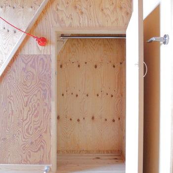 ロフト階段下に収納です。※写真は2階の同間取り別部屋のものです