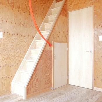 ロフトへは階段です。※写真は2階の同間取り別部屋のものです