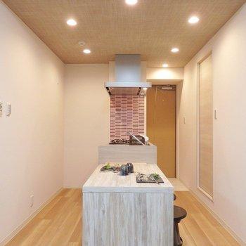 お洒落なペニンシュラキッチン♪絵になるなあ~!※写真は2階のモデルルーム。
