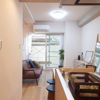 玄関側からパシャリ。※写真は2階のモデルルーム。