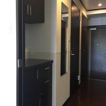 食器棚と鏡も付いてきます※写真は1階の同間取り別部屋のものです。