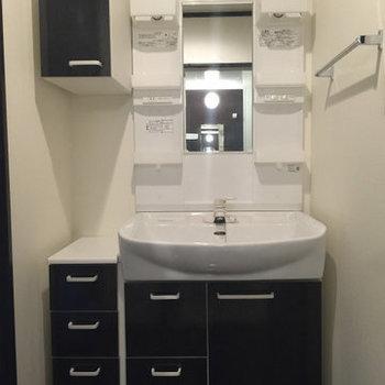 収納たっぷりの洗面台!※写真は1階の同間取り別部屋のものです。