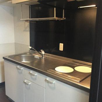 キッチンはIHです。※写真は1階の同間取り別部屋のものです。