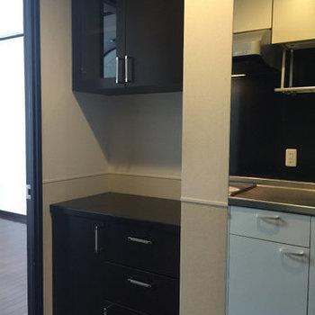 食器棚があるのはとても便利!※写真は1階の同間取り別部屋のものです。