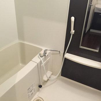 お風呂。ゆったりできそうですね。※写真は1階の同間取り別部屋のものです。