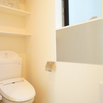 トイレにも窓が◎※写真は1階の同間取り別部屋のものです。