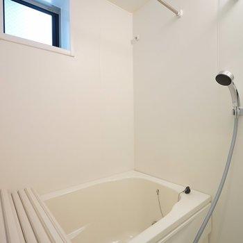 お風呂にも窓!機能的です♪※写真は1階の同間取り別部屋のものです。