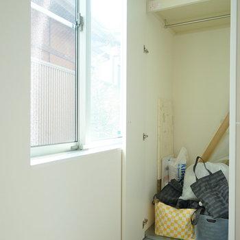 メインの収納はこちら。※写真は1階の同間取り別部屋のものです。(業者の荷物です)