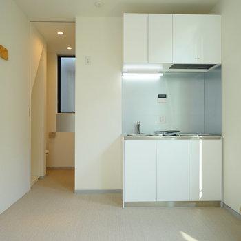 内装は白で統一されています。※写真は1階の同間取り別部屋のものです。