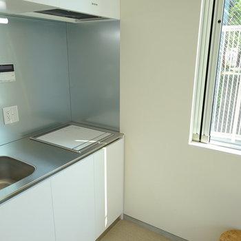 キッチン横にも窓が◎※写真は1階の同間取り別部屋のものです。