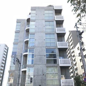 大通りに面したマンション