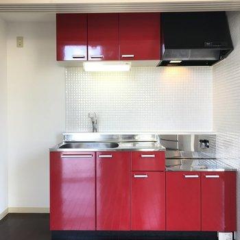 コンパクトな赤いキッチン!可愛い〜!〜※写真は同間取り別部屋です