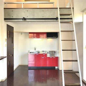 ロフトと可愛い赤いキッチンが特徴〜※写真は同間取り別部屋です