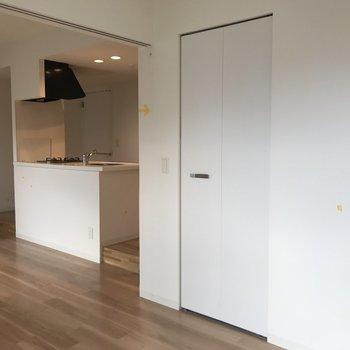 となりの洋室は扉を開けるとこんなかんじで繋がります※写真は同間取り別部屋です※写真は同間取り別部屋です
