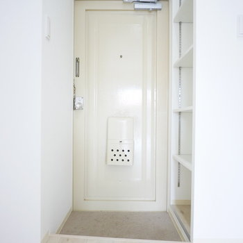 玄関横にオープンなシューズクローゼットがあります!