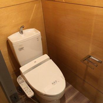 トイレは鏡の裏側に。ペーパーホルダー洒落てるなあ。