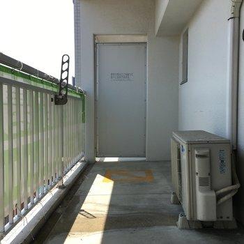 バルコニーも広いのでしっかり洗濯物が干せます。※写真は10階の同間取り別部屋のものです。