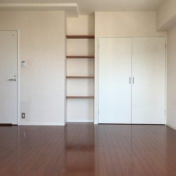 お部屋は白と濃いめのブラウンで落ち着いた雰囲気。※写真は10階の同間取り別部屋のものです。