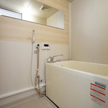 お風呂は木目シートで爽やかに!※同間取り別部屋の写真です