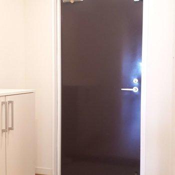 玄関】大きめの靴箱に白のタイルでほっこり〜