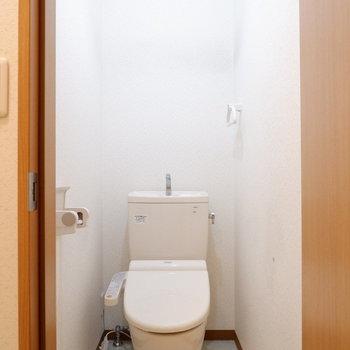 トイレは扉で仕切れます。