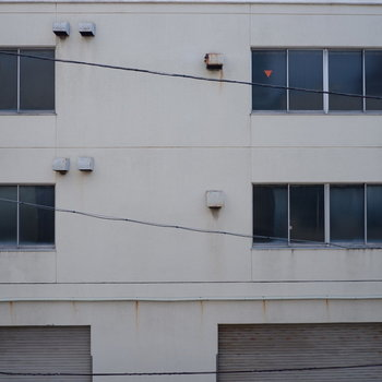 バルコニー眺望道路挟んで向かいの建物が。