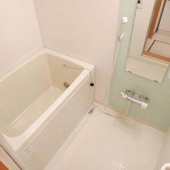お風呂の壁は優しいグリーンに。