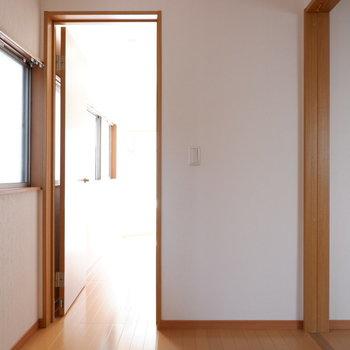 【洋室3帖】このお部屋を通って奥の洋室へ行きます。