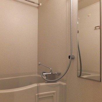 お風呂には浴室乾燥機が付いています。※写真は26階の同間取り別部屋のものです